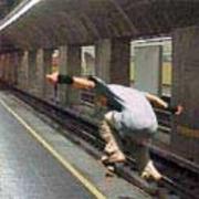Chico patinando en metro